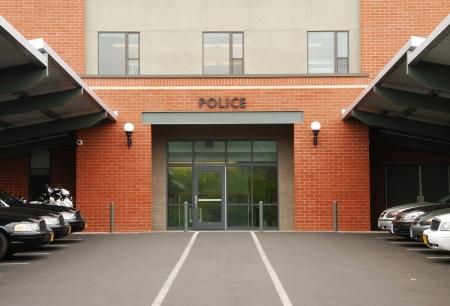 警察の巡洋艦はオレゴン州ローズバーグの主な警察署の外駐車 写真素材