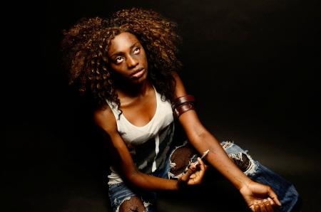 젊은 아름 다운 아프리카 계 미국인 여자 흑인에 대 한이 어두운 사진 촬영에서 마약을 촬영하는 트랙 창녀로 포즈