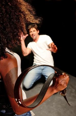 handsom: Una joven y bella mujer afroamericana y un joven italiano masculino blanco handsom postura que muestra la violencia dom�stica en esta sesi�n de fotos oscuro contra negro
