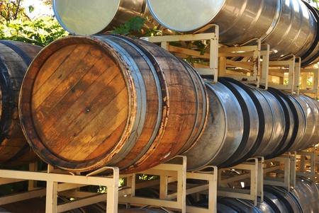 llegar tarde: Barriles de vino esperando ser llenado durante una cosecha Finales de octubre de uvas de vino en una bodega Umpqua Oregon. Foto de archivo