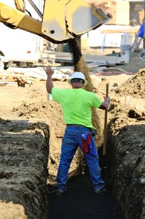 Infrastruktur Ausgrabung Bauherren installieren Wasserleitungen in einem Dienstprogramm Graben an einer kommerziellen Wohnsiedlung Standard-Bild - 21745724