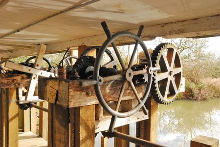 hand crank: Engranajes y manivela usados ??para controlar compuertas a un molino de agua antiguo corrieron flor
