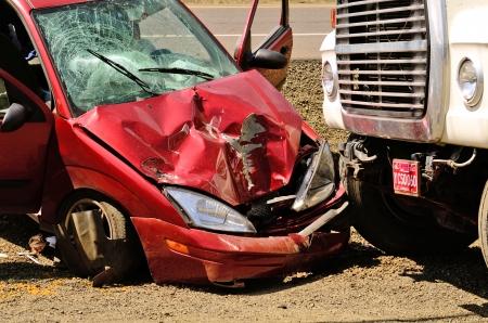 작은 자동차가 알 수없는 이유로 도로에서 실행하고 로즈버그 construciton 사이트에 주차 된 덤프 트럭으로 실행, 또는 2013 년 8 월 8 일에 에디토리얼