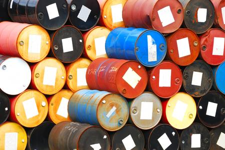 barril de petróleo: Se utiliza tambores de 55 galones de químicos en un patio de almacenamiento de reciclaje espera