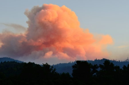 Smoke comes from the Dads Creek fire part of the Douglas Complex fires near Glendale Oregon on July 28, 2013 免版税图像