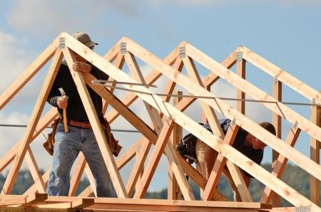 constructor: Distribuci�n e instalaci�n de las vigas del techo en un nuevo proyecto de obra residencial comercial enmarcando contactores