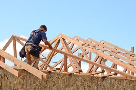 Layout und Einbau von Dachsparren auf einer neuen kommerziellen Wohn construciton Projekt durch Framing Schütze Standard-Bild - 25037570