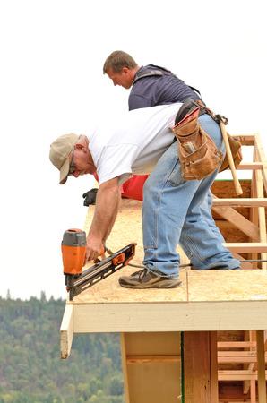 새로운 상업 주택 건설 프로젝트에 서까래를 통해 지붕 시트를 설치 계약자 프레이밍 스톡 콘텐츠