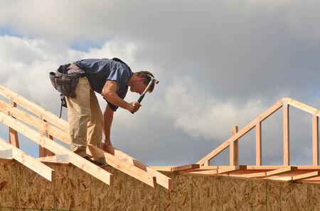 Layout und Einbau von Dachsparren auf einer neuen kommerziellen Wohn construciton Projekt durch Framing Schütze Standard-Bild - 25221311