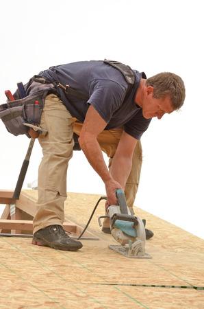 Rahmung Auftragnehmer Installation Dachbahn über Sparren auf eine neue Handelswohnungsbauprojekt Standard-Bild - 25236027