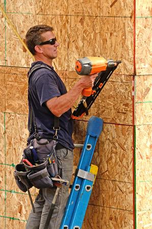 Die Montage der Unter Abstellgleis auf einem neuen kommerziellen Wohn-Wohnung Wohnprojekt durch Auftragnehmer Framing Standard-Bild - 25754532