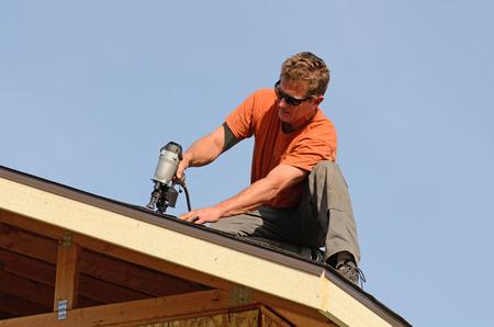 Bouwondernemer zetten het asfalt dakbedekking op een groot commercieel flatgebouw ontwikkeling