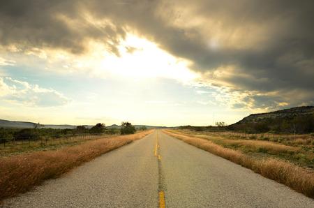 Een oude hwy reist door de zuidelijke woestijn van Texas in de buurt van San Antonio