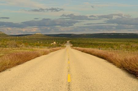 Ein alter Highway fährt durch den südlichen Texas Wüste in der Nähe von San Antonio