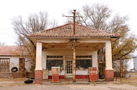 old service station: Old gas e stazione di servizio carburante abbandonata nel nord-est del Texas