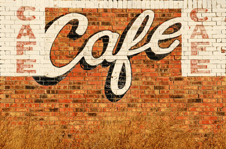Oude verlaten restaurant of cafe teken geschilderd op een muur langs Route 66 in het noorden van Texas