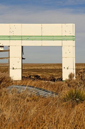 old service station: Vecchio abbandonato gas segno stazione di servizio lungo la Route 66 nel nord del Texas