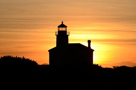 coquille: Coquille River Lighthouse di Bandon Oregon costruito nel 1896 contro il tramonto invernale