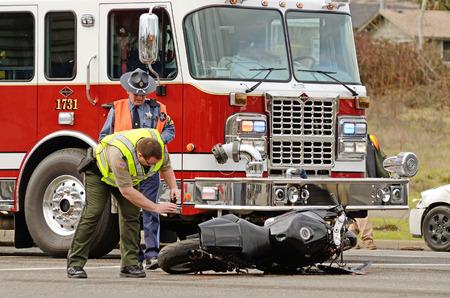 ローズバーグ、オレゴン州、米国 - 2014 年 1 月 13 日: 緊急レスポンダーはライダー深刻なけがで残っている忙しい交差点バイク対車のシーンに。 写真素材 - 29224781