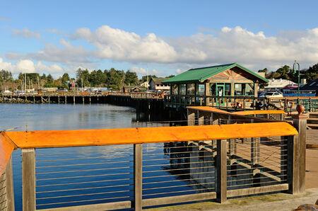coquille: Boadwalk e il molo pubblico alla foce del fiume Coquille, in Bandon Oregon Archivio Fotografico