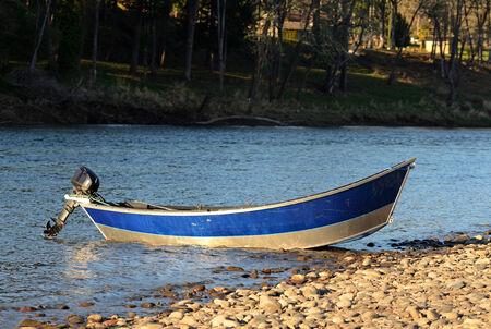 chinook: Barca da pesca deriva sul fiume Umpqua durante la primavera salmone chinook correre vicino a Roseburg, Oregon, Feburary 14, 2013