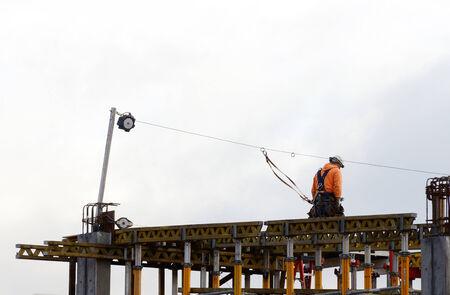 obreros trabajando: Obreros trabajando en un nuevo aparcamiento en Portland Oregon Editorial