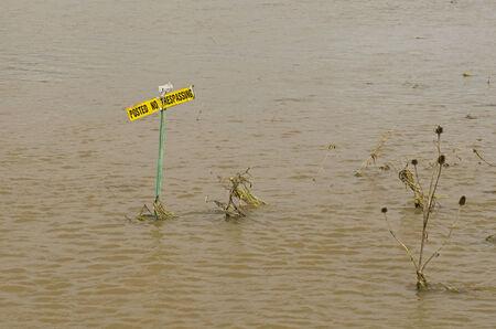 no trespassing: Una se�al de prohibido el paso se encuentra en un campo agr�cola inundada en Oregon despu�s de una lluvia fuerte