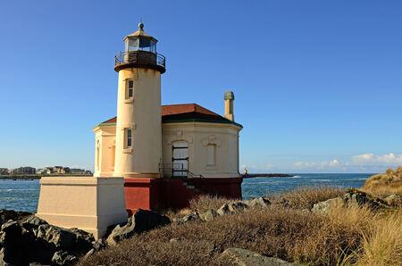 coquille: Coquille River Lighthouse, costruito nel 1896, � una torre di 47 imbarcazioni guidate a piedi fino alla foce del fiume Coquille, a Bandon Oregon Archivio Fotografico