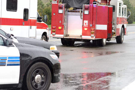 긴급 근로자가 단일 차에서 피해자를 구출하고, Roseburg Oregon, 2013 년 3 월 19 일에 봄비가 내리는 도중 전복 사고