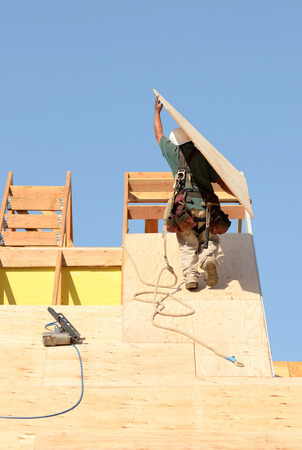 sheeting: Construction crew working on the roof sheeting of a new, two story, commercial appartment building in Oregon Stock Photo