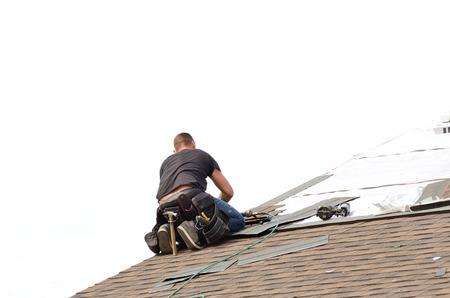 オレゴン州で大規模な商業住宅開発でアスファルト屋根の鉄片を敷設の屋根葺き職人 写真素材 - 30651610