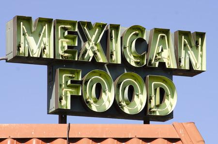 空いているメキシコ料理レストラン外サイン