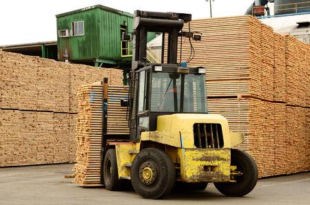 lift truck: Grande carretilla elevadora mover una pila de verde abeto 2 x 4 tacos de madera en una peque�a f�brica de procesamiento de registros en el sur de Oregon, listo para el horno de secado
