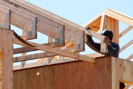 constructor: Construcci�n contratista de armazones de instalar el sistema de armadura de techo para un nuevo desarrollo residencial comercial