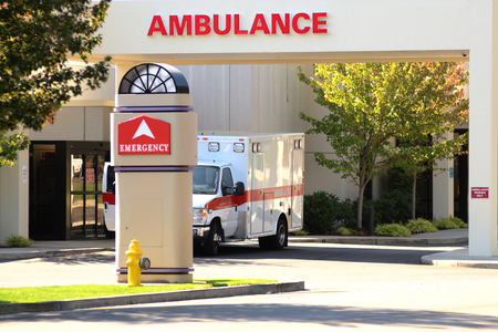 Ambulance sitting at the door of an emergency room at a hospital Imagens