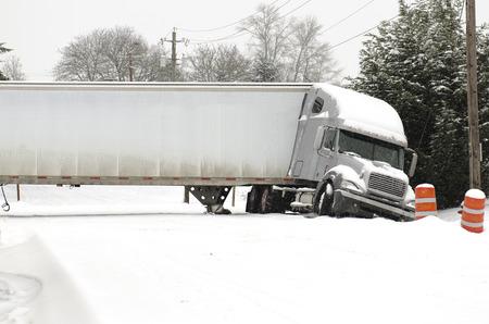 冬の雪と凍結雨嵐の間に半トラックの溝に事故がジャック ナイフします。 写真素材 - 32278690