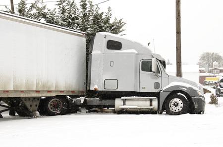 冬の雪と凍結雨嵐の間に半トラックの溝に事故がジャック ナイフします。 写真素材 - 32278476