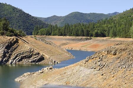 シャスタ湖は、非常に低水レベルのカリフォルニア州水干ばつの危機の発生を示しています。