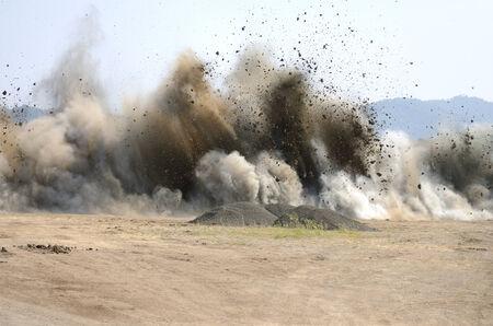 Roseburg Oregon에서 공항 활주로를 확장하기위한 언덕 제거 프로젝트에서의 마지막 폭발 스톡 콘텐츠