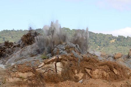 Een reeks van beelden van een super werking van een rots heuvel om plaats te maken voor een uitbreiding van de luchthaven landingsbaan project.