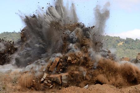 dinamita: Una secuencia de imágenes de una operación de voladura de una colina de roca para dar paso a un proyecto de ampliación de la pista del aeropuerto. Foto de archivo