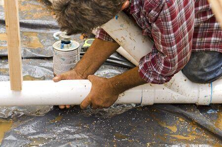 Sanitär Bauunternehmer Installation Kunststoffabflussrohr in der Bodensektion für einen Luxus-Zollhaus Standard-Bild - 35592517