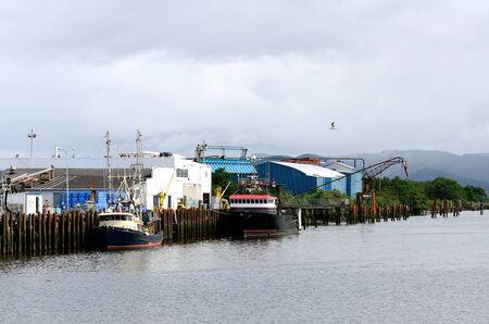 아스토리아 근처에있는 Warrenton 오레곤 항구에서 낚시 보트