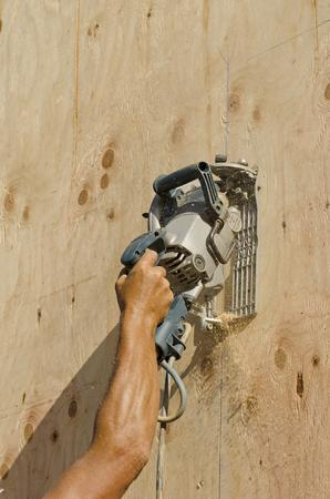 frame on wall: Framing imprenditore edile installazione sub schierandosi su una parete struttura di legno di una nuova casa di lusso su misura Archivio Fotografico