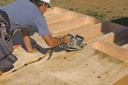 Encadrement entrepreneur en construction installation du sous bardage sur un mur à ossature de bois d'une nouvelle maison de luxe personnalisé