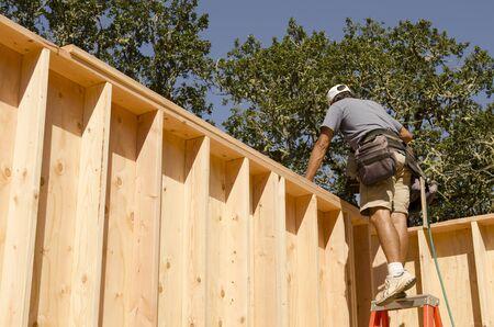 frame on wall: Framing imprenditore edile installazione di una piastra superiore in un angolo di un muro cornice di legno di una nuova casa di lusso su misura