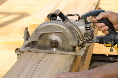 frame on wall: Framing costruzione appaltatore taglio di un fascio per un colpo di testa finestra su un muro cornice di legno di una nuova casa di lusso su misura