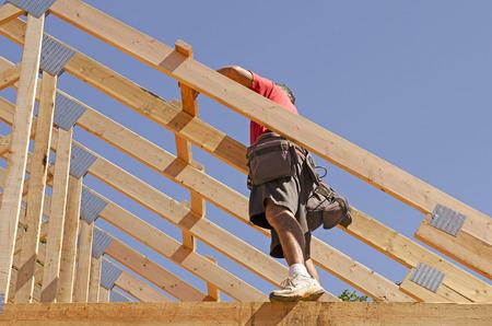 carpintero: Carpintero contratista de construcci�n colocando nuevas madera casa cerchas de ingenier�a en un sitio de construcci�n de viviendas