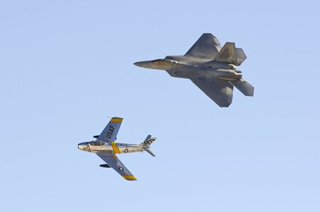 north american: Lockheed Martin F-22 Raptor y North American F-86 Sabre, Nellis Air Force Base, Naci�n Aviaci�n 2014 airshow, vuelo de la herencia Editorial