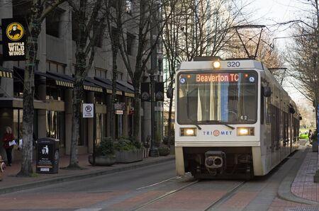 operates: Portland, OR, Stati Uniti d'America - 21 FEBBRAIO 2014: treno di transito di massa opera nel centro di Portland, Editoriali